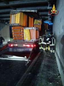 Camion Incastrato a Camerata Picena