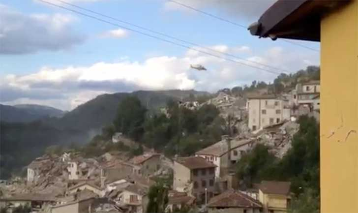 Un elicottero sorvola Pescara del Tronto dopo il terremoto