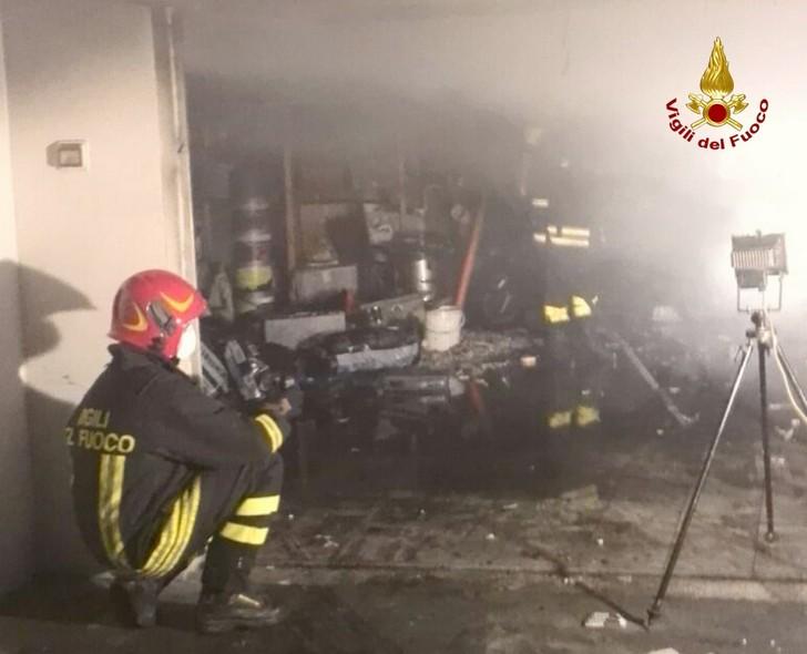 Garage in fiamme nella notte ad Ancona
