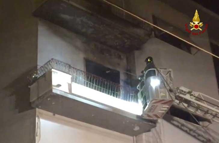Scoppia incendio in via Marchetti: i Vigili del Fuoco entrano dal balcone