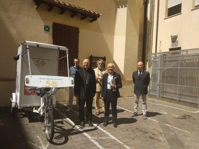 Un triciclo elettrico alla Caritas