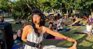 A lezione di yoga nel parco