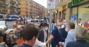 Ministro Speranza contestato a Pesaro, qualche tensione
